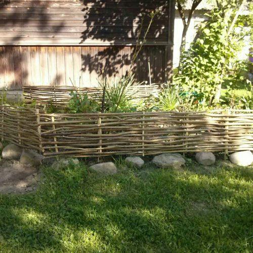 Плетеный забор из лозы (ивняка)